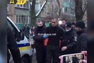 Ουκρανία: Κυκλοφορούσε γυμνός στους δρόμους με το κομμένο κεφάλι του πατέρα του