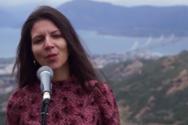 Η Πατρινή που τραγουδάει Lenard Cohen με φόντο τη Γέφυρα Ρίου-Αντιρρίου (βίντεο)