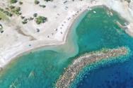Εύβοια - Η άγνωστη παραλία με τον περίεργο κυματοθράστη σε σχήμα «μπανάνας» (video)
