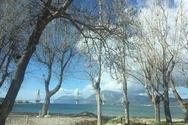 Η παραλία του Ακταίου σε μία χειμωνιάτικη ηλιόλουστη μέρα