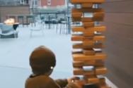 Μπαμπάς σώζει το γιο του από την κατάρρευση τεράστιου πύργου Jenga (video)