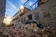Σύρος: Κατέρρευσε κτίριο στην «καρδιά» της Ερμούπολης - Καταπλάκωσε ΙΧ, έκλεισε ο δρόμος (φωτο)