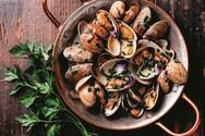 Μαγειρέψτε αχνιστά μύδια και γυαλιστερές