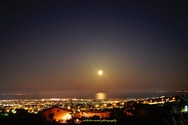 Η δύση της σελήνης ανοικτά του Πατραϊκού (φωτο)