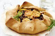 Μαγειρέψτε γαλλική galette με τυρί, πατάτες και θυμάρι