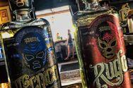 Μάσκες παλαιστών lucha libre διακοσμούν φιάλες τεκίλας