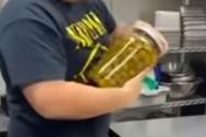 Άνδρες πασχίζουν να ανοίξουν ένα βάζo και στη συνέχεια δοκιμάζει μια γυναίκα (video)