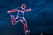 Ισπανία: Πέντε drones σχημάτισαν στον ουρανό έναν γιγαντιαίο ποδοσφαιριστή (video)