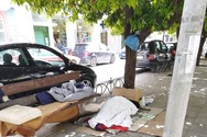 Πάτρα: Άνθρωποι κοιμούνται στους δρόμους, με φόντο την Ανάσταση