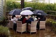 Βρετανία: Πίνουν μπύρες μέσα στη βροχή