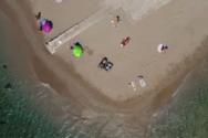 Ντούνη: Το νησάκι της Αττικής με τις αλλεπάλληλες δαντελένιες ακρογιαλιές (video)