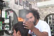 Κουρέας στο Πακιστάν κουρεύει μαλλιά με φλόγιστρο και μπαλτά (video)