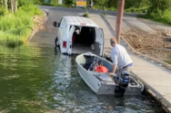 Άνδρας φορτώνει βάρκα από το νερό απευθείας μέσα στο βανάκι του (video)