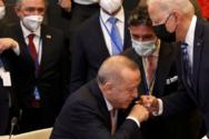 Ο χαιρετισμός σαν... χειροφίλημα Ερντογάν σε Μπάιντεν
