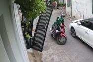 Τυχερός μοτοσικλετιστής γλιτώνει από την πτώση σιδερένιας πόρτας (video)
