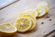 Τι θα συμβεί στο σώμα σας αν κοιμάστε με ένα κομμένο λεμόνι στο κομοδίνο