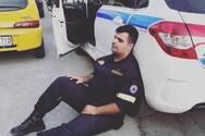 Πάτρα: Η φωτογραφία του εξαντλημένου πυροσβέστη που έγινε viral