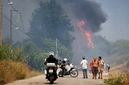 Μεγάλη φωτιά στην Άνω Βαρυμπόμπη
