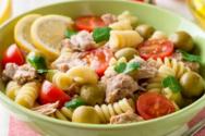 Ετοιμάστε σαλάτα με τόνο και ζυμαρικά