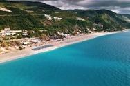 Κάθισμα Λευκάδας: Η παραλία με τα κρυστάλλινα νερά και την ατελείωτη αμμουδιά (video)