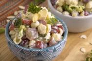Χορταστική σαλάτα ζυμαρικών με παριζάκι και ιδιαίτερο dressing