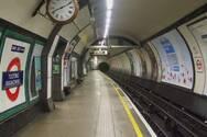 Λονδίνο - Δεν κρατιούνται για να μην κολλήσουν κορωνοϊό και πέφτουν από τις σκάλες του μετρό