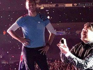 Διέκοψε την συναυλία των Coldplay για να κάνει πρόταση γάμου (vids)