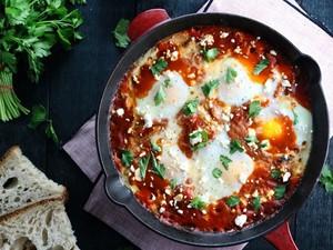 Αυγά στο φούρνο με σάλτσα ντομάτας και λουκάνικο