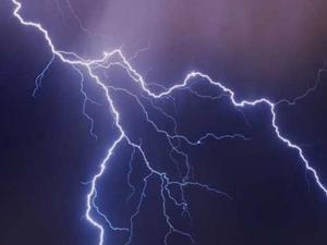 Κεραυνός «χτύπησε» ταράτσα σπιτιού στον Καστελλόκαμπο της Πάτρας