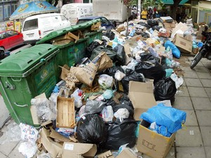Με νομοθετική ρύθμιση επιχειρεί η κυβέρνηση να λύσει το θέμα των σκουπιδιών