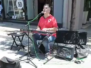 O τυφλός Νεκτάριος Μαλλάς τραγουδάει στην Ρήγα Φεραίου και 'κλέβει' τις καρδιές μας! (video)