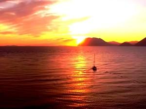 Το ηλιοβασίλεμα της Πάτρας από την ειδυλλιακή Πλαζ! (video)