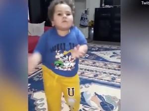 Τούρκος μπόμπιρας χορεύει τσιφτετέλι και γίνεται viral (video)