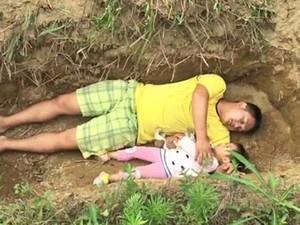Πατέρας προετοιμάζει την άρρωστη κόρη του για το θάνατο, βάζοντάς την στον τάφο (video)