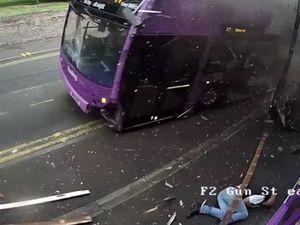 Άνδρας παρασύρεται από λεωφορείο, σηκώνεται και μπαίνει σε μια παμπ (video)