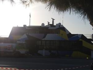 Στο λιμάνι της Πάτρας το πλωτό έργο τέχνης του Δάκη Ιωάννου (pics)