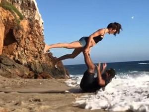 Αυτά παθαίνεις όταν θέλεις να κάνεις γιόγκα στην παραλία (video)