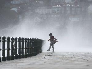 Σαρωτικός ο τυφώνας Οφηλία στην Ιρλανδία - Άφησε πίσω του 3 νεκρούς
