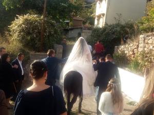 Καβάλα στο άλογο έφτασαν στην εκκλησία της Κερπινής νύφη και γαμπρός (pic)