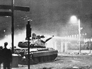Σαν σήμερα 17 Νοεμβρίου η Απριλιανή χούντα καταστέλλει την εξέγερση του Πολυτεχνείου με την εισβολή ενός τεθωρακισμένου άρματος