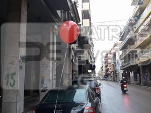 Πατρινοί ξύπνησαν και είδαν κόκκινα και μαύρα μπαλόνια στα αυτοκίνητα τους! (φωτο)