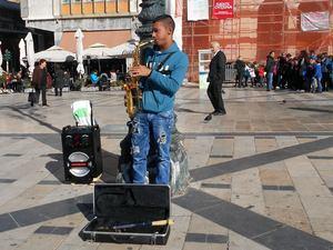 Ο μικρός σαξοφωνίστας της πλατείας Γεωργίου που είναι ταλέντο! (pics+video)