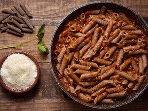 Μαγειρέψτε πέννες ολικής άλεσης με σάλτσα μπολονέζ