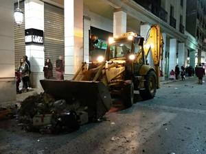Πάτρα: Βγήκαν τα συνεργεία της καθαριότητας στους δρόμους, μετά τη παρέλαση (pics)