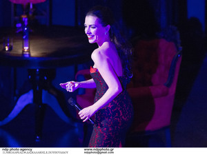 Η Φωτεινή Δάρρα συγκίνησε στα τραγούδια της Τζένης Βάνου σε ένα κατάμεστο Παλλάς (φωτο)