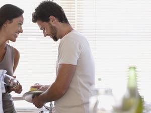 Πώς επηρεάζουν τη σεξουαλική ζωή των ζευγαριών οι δουλειές του σπιτιού