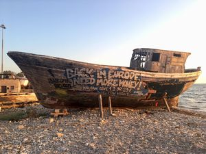 Το σαπιοκάραβο κοντά στο Καρνάγιο της Πάτρας που σου ζητάει λεφτά! (pic)