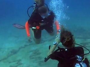 Της ζήτησε να τον παντρευτεί 16 μέτρα κάτω από το νερό (video)