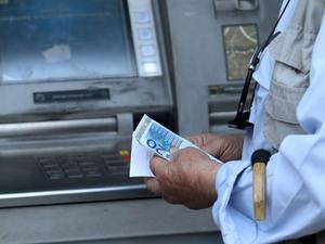 Capital controls: Αυξάνεται το όριο αναλήψεων