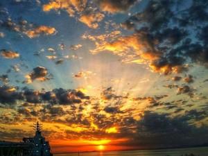 Η στιγμή που ο ήλιος κάνει... παιχνίδι με τα σύννεφα στην Πάτρα